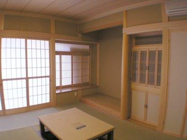 写真:大黒柱は7寸角の檜の無垢材を使用した本格和室