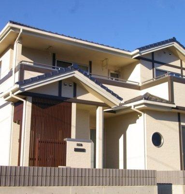 写真:青空に映える和風モダンの家