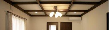 写真:天井飾りをつけてエレガントなリビングに