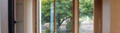 写真:玄関ホールから裏庭のモミジを一望