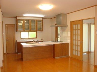 写真:カウンター付きのフラット対面キッチン