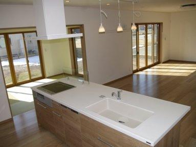 写真:キッチンで家事をしながら、全ての部屋を見渡せます